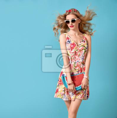 Fototapeta Móda krása žena v létě outfit. Smyslný sexy blond model v módě  představují. 779b838b15