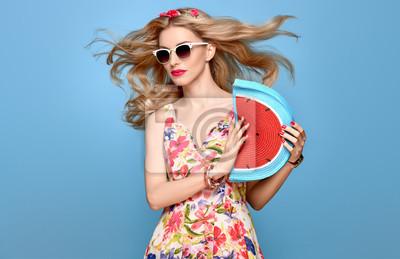 Fototapeta Móda krása žena v létě outfit. Smyslný sexy blond model v módě  představují Usmívající 58c2e6199f