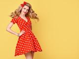 Módní krása. pinup smyslná blondýnka usmívající se v červených polka dots  letní šaty. glamour c3464f78ea
