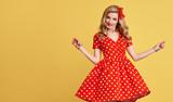 Módní krása. pinup smyslná blondýnka usmívající se v červených polka dots  letní šaty. žena 0d5d8777a4