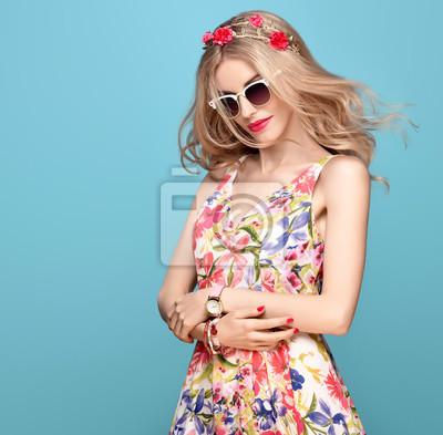 Fototapeta Módní krása. Smyslný sexy blond model v módě představují  Usmívající se. Žena v 59c5de8f12