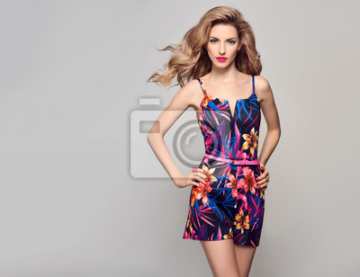Fototapeta Módní krása žena v trendy letní šaty. Stylový zvlněný účes 274f25ab50