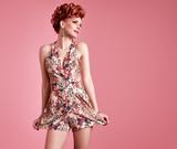 Modní modelka dívka v polka dots letní šaty. stylový kudrnatý ... ddf3768aaa