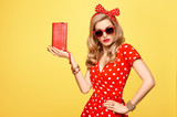 Modní modelka dívka v polka dots letní šaty. stylový kudrnatý účes decd177e7c