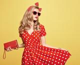 Móda krása žena v létě outfit. smyslný sexy blond model v módě ... 502126fb8d