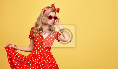Fototapeta Modní modelka dívka v Polka Dots letní šaty. Stylový kudrnatý  účes 54b15d313a