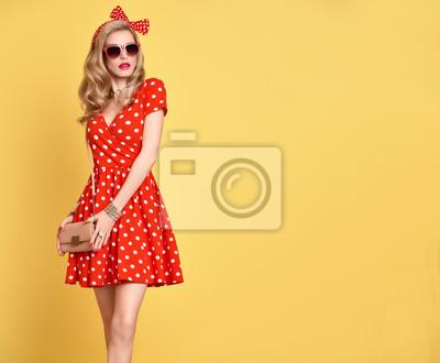 Fototapeta Modní PinUp Model Girl v červené Polka Dots letní šaty. Stylový  kudrnatý účes 20da0668e2