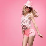 Módní žena baví tanec. blond model bláznivá holka ve stylové jarní letní  oblečení. módní · Módní krása. pinup smyslná ... dd60e6e522