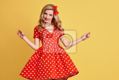 Fototapeta Módní žena s úsměvem v červené Polka Dots letní šaty. PinUp  Smyslná Blond Dívka d2a2de2cdb