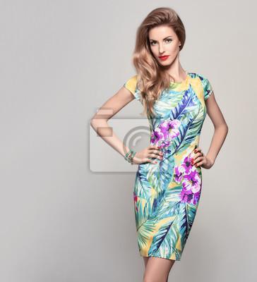 Fototapeta Módní žena v módní jarní letní šaty. Stylový vlnitý účes 94630106e9