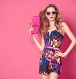Módní žena v módní jarní letní šaty. stylový vlnitý účes b4692f05f6