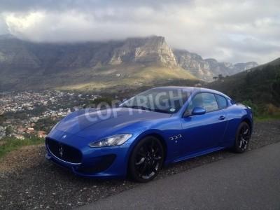 Fototapeta Modrá Maserati s Stolové hory v pozadí