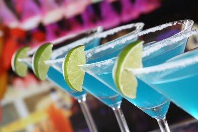 Fototapeta Modré Curacao koktejly v Martini Gläsern v einer Bar