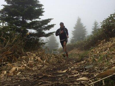 Fototapeta Muž běží na vysoké horské stezce