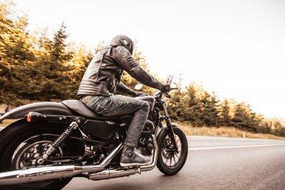 Fototapeta Muž sídlo na motocyklu na silnici v lese.