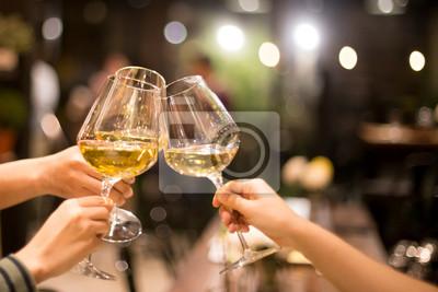 Fototapeta Nahráno ve vysokém iso s nízkým světlem skupinou kamarádů opečení s vínem