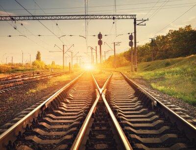 Fototapeta Nákladní vlak plošina při západu slunce. Železnice na Ukrajině. železniční sta