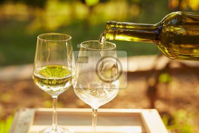 Fototapeta Nalévání bílého vína
