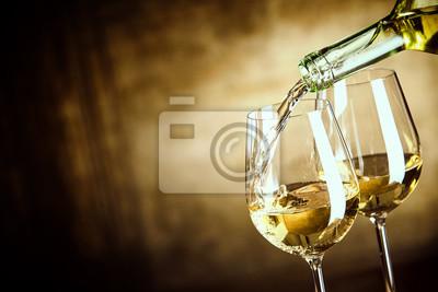 Fototapeta Nalévání dvě sklenky bílého vína z láhve