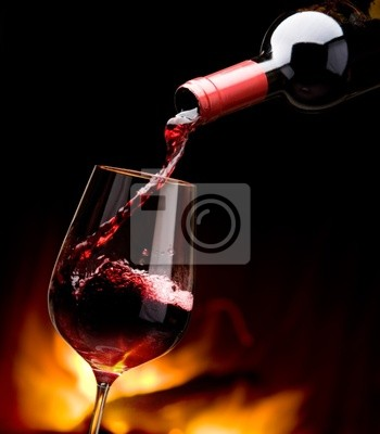 nalévání vína u krbu