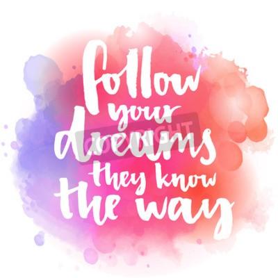Fototapeta Následovat své sny, znají cestu. Inspirativní citát o životě a lásce. Moderní kaligrafie textu, vlastnoruční s kartáčem na růžové a oranžové akvarel úvodní pozadí s bokehs.