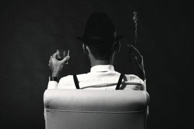 bc638280f5b Fototapeta neidentifikovaný muž v obleku a klobouk s doutníkem a whisky