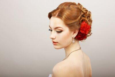Fototapeta Nevěsta. Golden Hair Žena s Red Flower. Platinum náhrdelník