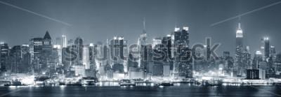 Fototapeta New York City Manhattan midtown panorama černé a bílé v noci s mrakodrapy zapálil přes řeku Hudson s odrazy.