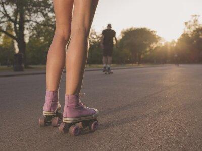 Fototapeta Nohy mladá žena na kolečkových bruslích v parku