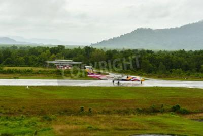 Fototapeta Nok Air Bombardier Dash 8 Q typ 400 letadla vzlétnout za taxi na letiště Ranong v deštivý den červnu 172,558th