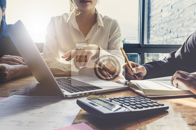 Fototapeta Obchodní tým ruce na práci s finančním plánem, setkání, diskuse, brainstorm s tabletem v kanceláři, koncepce setkání.