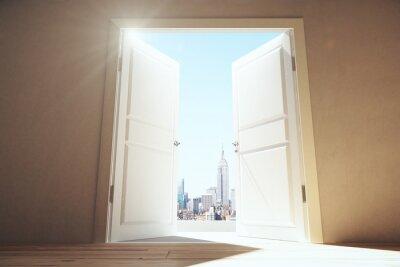 Fototapeta Otevřené dveře z prázdného prostoru, který má Megapolis město s mrakodrapy