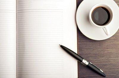 Fototapeta Otevřete prázdnou bílou notebook, pero a kávy na stole