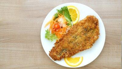 Fototapeta otlučený ryby steak se salátem a zeleninou