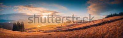 Fototapeta Panorama slunce v karpatském horském údolí s nádherným zlatým světlem na kopcích