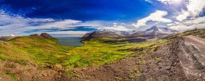 Fototapeta Panorama údolí s arktického moře a hory na Islandu