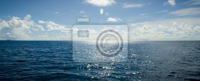 Fototapeta Panoramatická scéna modré oblohy a oceán se sluneční paprskou svítí výše