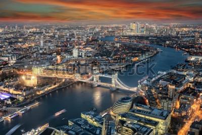 Fototapeta Panoramatický pohled na panorama Londýna: od Tower Bridge podél řeky Temže do čtvrti Canary Wharf během západu slunce