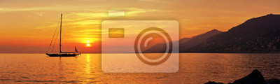 Fototapeta Panoramatický výhled na plavbu při západu slunce s horami