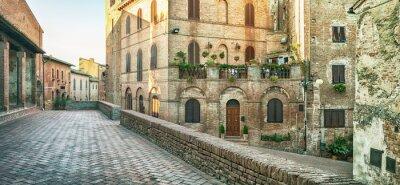 Fototapeta Panoramatický výhled na ulici v Certaldo, Itálie.