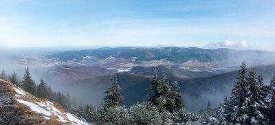 Fototapeta Panoramatický výhled z horského hřebene do údolí