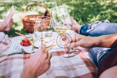 Fototapeta Pár v lásce pije bílého vína na letní piknik