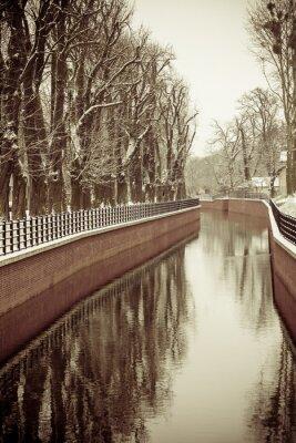 Fototapeta Park s řekou a nábřeží pokryté sněhem