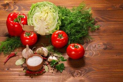 Fototapeta Pepř a rajčata s česnekem na vinobraní dřevěný stůl s popiskem
