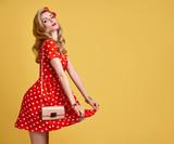 Pinup smyslná blond dívka s fun.fashion žena s úsměvem v červené polka dots  letní b28a5d8a3f