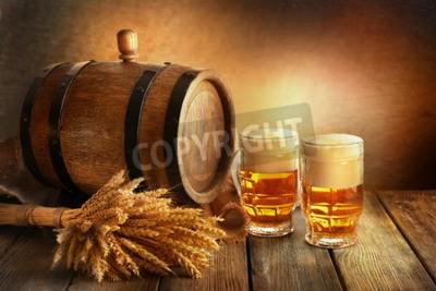 Fototapeta Pivní sud s pivní sklenice na stole na hnědém pozadí