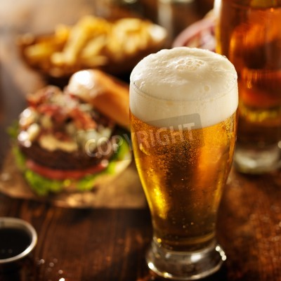 Fototapeta pivo s hamburgery na restauraci u stolu