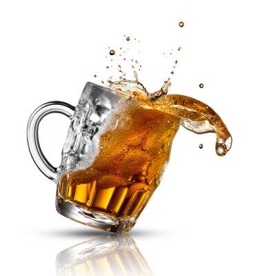 Fototapeta Pivo stříkající ve skle izolovaných na bílém