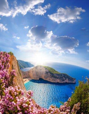 Fototapeta pláž Navagio s ztroskotání a květiny proti západu slunce, ostrov Zakynthos, Řecko