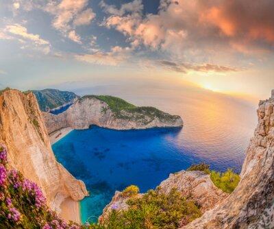 Fototapeta pláž Navagio s ztroskotání proti západu slunce na ostrově Zakynthos v Řecku